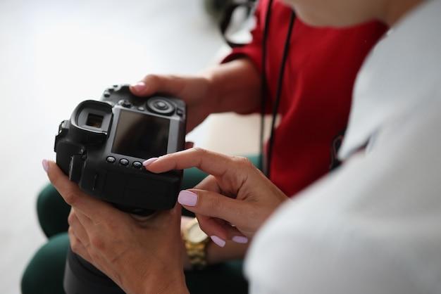 Две женщины держат камеру в руках