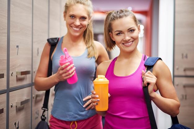 Две женщины в раздевалке в тренажерном зале
