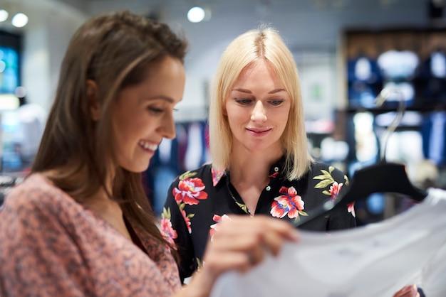 洋服店の2人の女性