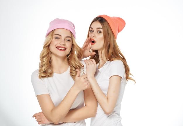 白いtシャツを着た2人の女性コミュニケーション友情ファッション抱擁