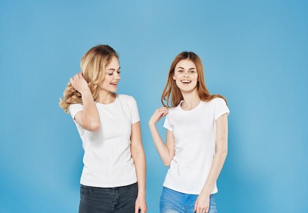 흰색 티셔츠 친절한 감정 라이프 스타일 커뮤니케이션 파란색 배경에 두 여자