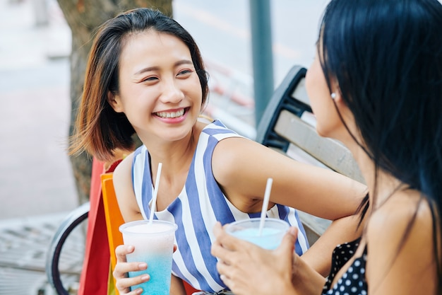 公園で会う二人の女性
