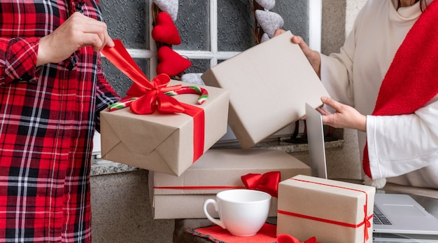 クリスマスと新年の休日の前夜にギフトを梱包する2人の女性。