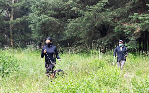 Две женщины бегут со своими собаками