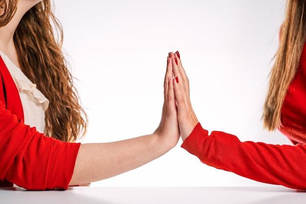 두 여자의 손을 함께 사랑의 표시로. 여성, 다양성, lgtbq 및 자부심 간의 사랑의 개념.