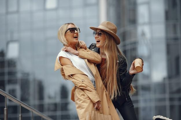 秋の街に立っている2人の女性