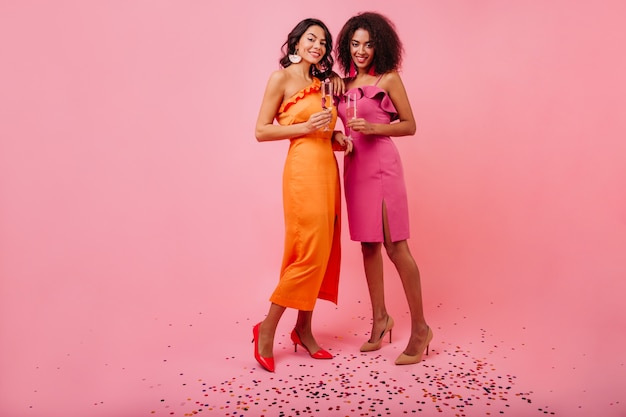 스파클 색종이에 서있는 두 여자