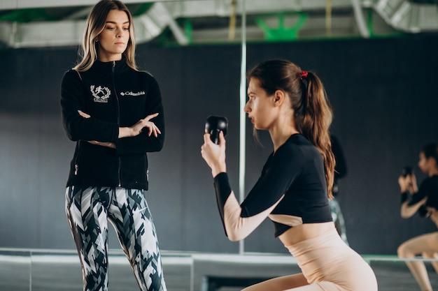 체육관에서 훈련하는 두 여자