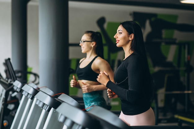 2人の女性が一緒にジムでトレーニング