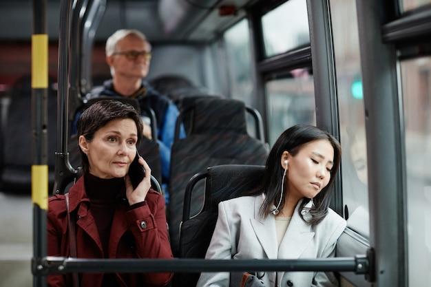 Две женщины, путешествующие на автобусе в городе