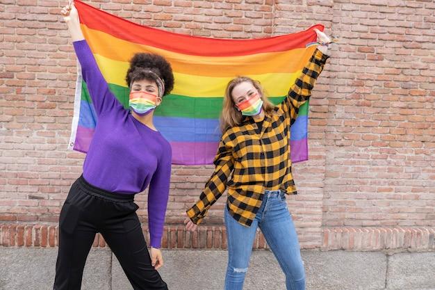 Две женщины с флагом гей-прайда, лгбт