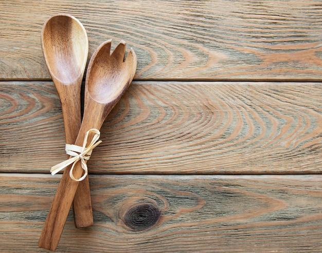 古い木製の背景に2つの木製サラダスプーン、フラットレイ