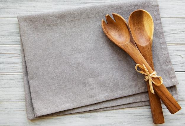 2つの木製サラダスプーン