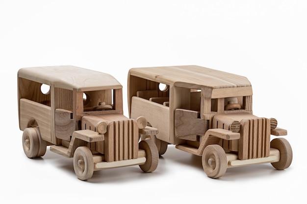 스튜디오에서 두 개의 나무 빈티지 버스 장난감입니다.