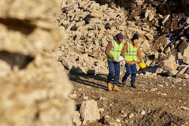 アラスカの現場を歩く2人の労働者