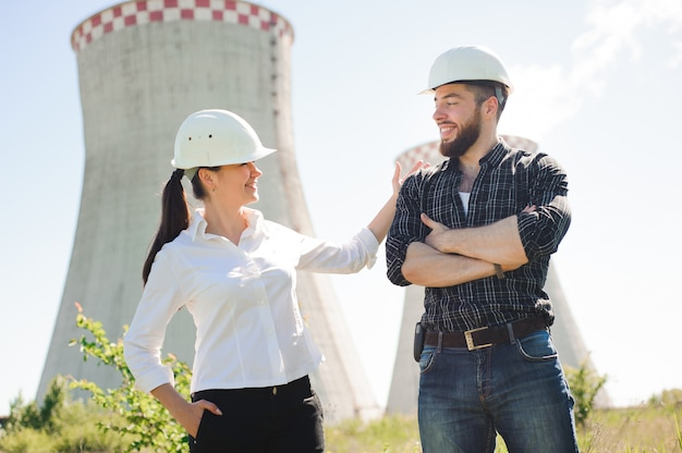 보호 헬멧을 착용하는 두 노동자는 발전소에서 작동 프리미엄 사진