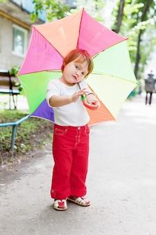 Двухлетняя девочка с зонтиком