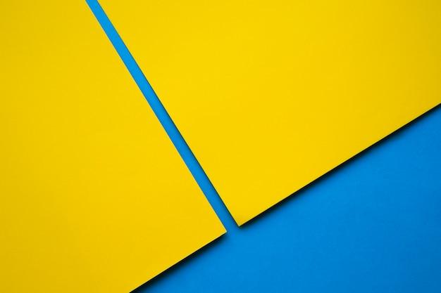 Due craftpapers gialli su superficie blu