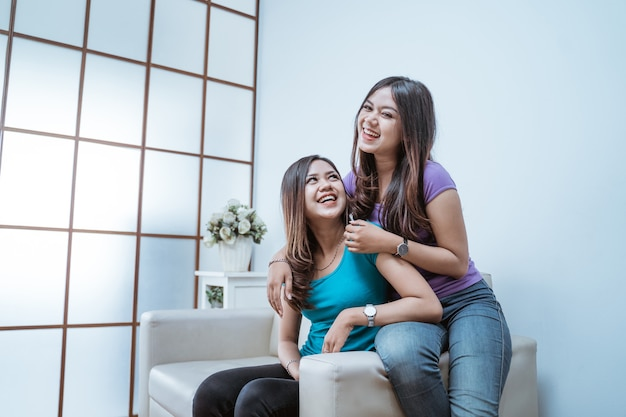 두 젊은 성인 아시아 쌍둥이 자매 함께