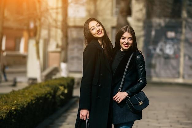 2つの若い大人の女の子