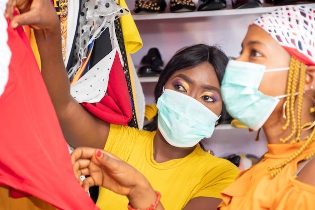 地元のブティックで買い物をしている2人の若いアフリカ人女性