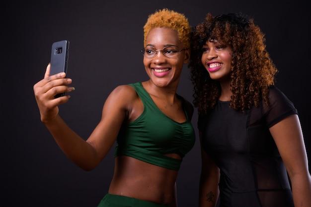 黒で一緒に2人の若いアフリカの女性