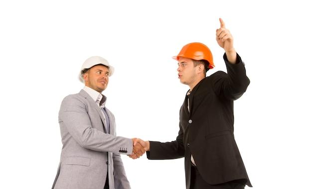 握手する2人の若い怒っている男性エンジニア