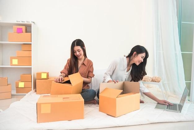 Два молодых азиатских людей запуска малого бизнеса предпринимателя sme распределительный склад