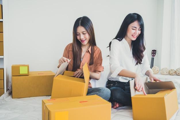 Двое молодых азиатских людей запускают предпринимателей малого бизнеса