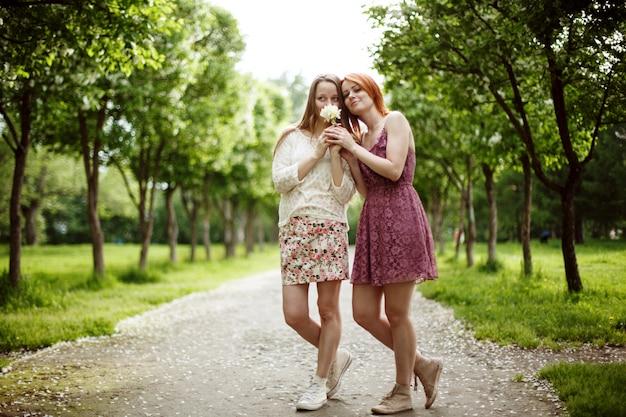 夏の2人の若い魅力的な女性
