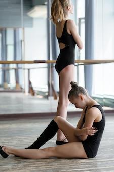 휴식 시간 동안 스튜디오에서 두 젊은 발레 댄서