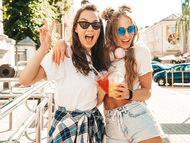 トレンディな夏服を着た2人の若い美しい笑顔のヒップスターの女の子
