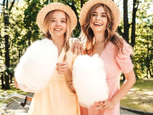 트렌디한 여름 sundress에 두 젊은 아름 다운 웃는 힙스터 소녀