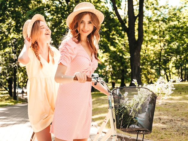 トレンディな夏のサンドレスで2人の若い美しい笑顔の流行に敏感な女性