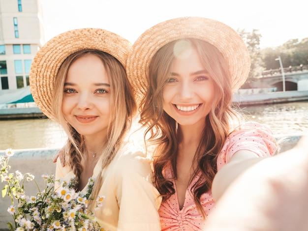 트렌디한 여름 sundress에 두 젊은 아름 다운 웃는 hipster 여자