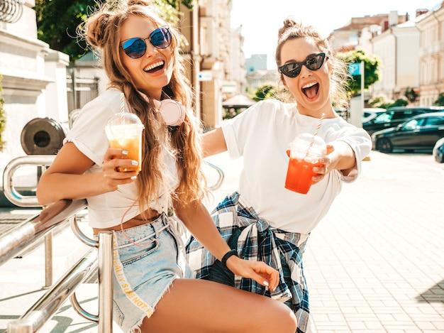 トレンディな夏服を着た2人の若い美しい笑顔の流行に敏感な女性