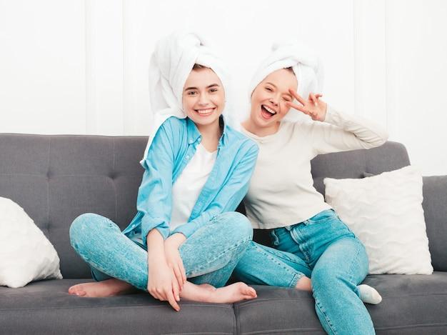ソファに座っている2人の若い美しい笑顔の女性