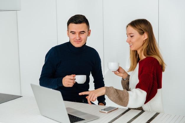 Due giovani migliori amici, uomo e donna che discutono di qualcosa