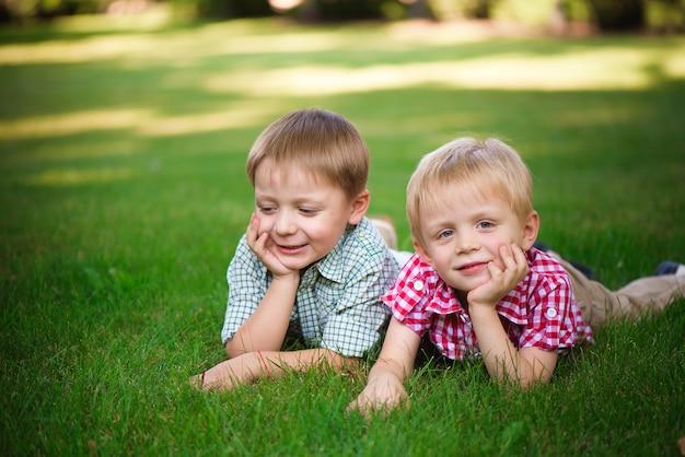 二人の少年が公園を歩いてリラックスします。