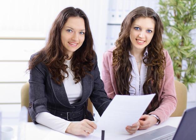 사무실에서 일하는 두 젊은 여성