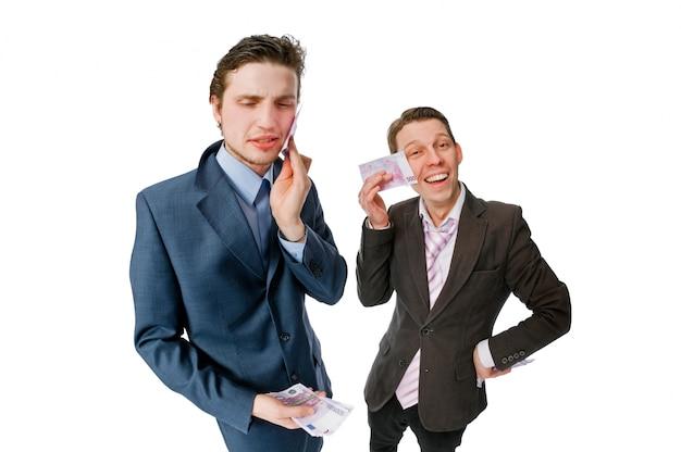 현금 많이 가진 두 젊은 사업가