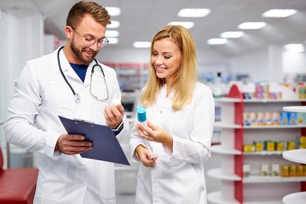 Два молодых кавказских фармацевта обсуждают лекарства