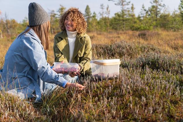 시골에서 주말을 보내고 가을 열매를 따고 의사 소통하는 두 명의 쾌활한 소녀