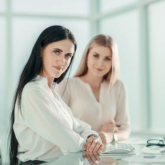 Двое молодых сотрудников на рабочем месте в офисе