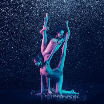 水滴の下で2人の若い女性のバレエダンサー