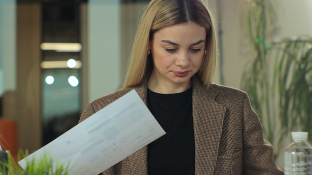 Две молодые женщины-креативщики сидят в офисе и вместе обсуждают за портативным компьютером крупным планом
