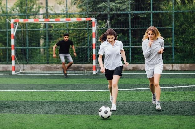 フィールド上の2人の若い女性サッカー選手