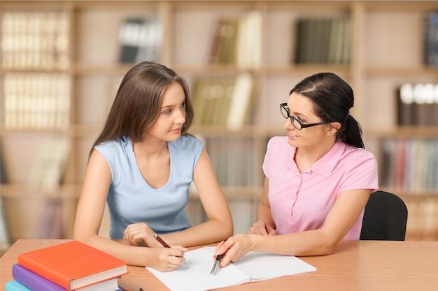 図書館で勉強している2人の若い女子学生