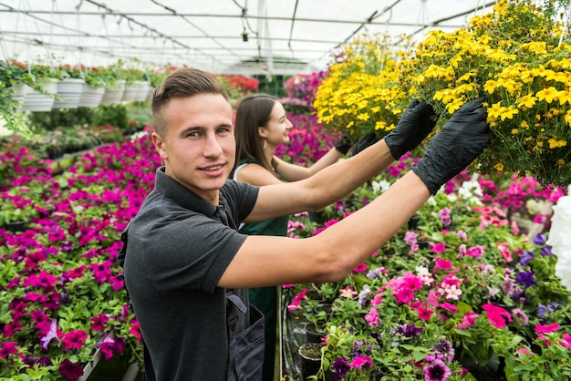 産業温室保育園で花を扱う2人の若い花屋