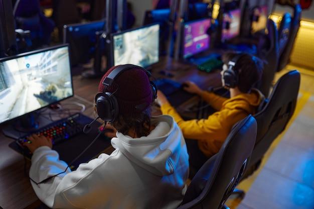 2人の若いゲーマーがゲームクラブで遊ぶ